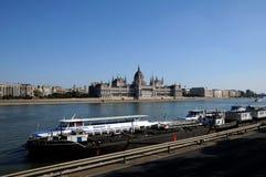 Das ungarische Parlament auf der Donau Stockbild