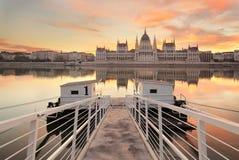 Das ungarische Parlament in Budapest bei Sonnenaufgang Lizenzfreies Stockfoto