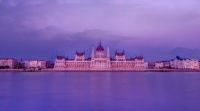 Das ungarische Parlament in der blauen Stunde mit seiner Reflexion lizenzfreies stockbild