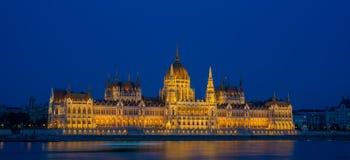 Das ungarische Parlaments-Gebäude auf der Bank der Donaus Lizenzfreie Stockfotos