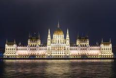 Das ungarische Parlaments-Gebäude in der Nacht Stockbild