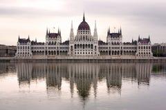 Das ungarische Parlaments-Gebäude im Morgensonnenlicht Lizenzfreies Stockfoto