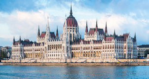 Das ungarische Parlaments-Gebäudepanorama Stockfotos