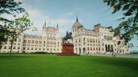Das ungarische Parlamentsgebäude in Budapest - ein Hof mit einem schönen Rasen steadicam Schuss stock video footage