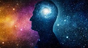 Das Universum innen Schattenbild eines Mannes innerhalb des Universums Th lizenzfreie stockfotografie