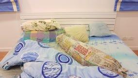 Das unordentliche des Kissens und der Decke auf dem Bett Lizenzfreie Stockfotos
