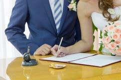 Das Unterzeichnen der Heirat Stockfotografie