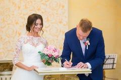 Das Unterzeichnen des Ehevertrags Lizenzfreies Stockbild