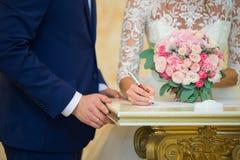 Das Unterzeichnen des Ehevertrags Glückliche Paare in der Weinlesekleidung Lizenzfreie Stockfotografie