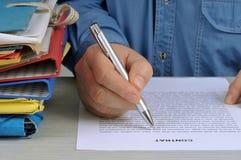 Das Unterzeichnen des Vertrages lizenzfreies stockfoto