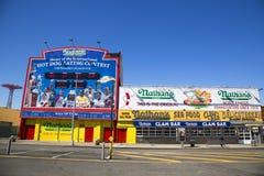 Das ursprüngliche Restaurant Nathan s bei Coney Island, New York Stockfotos