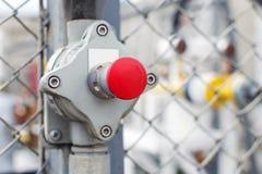 Das Ventil in Form eines roten Knopfes mit einem Pfeil Stockbild