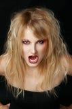 Das verärgerte Mädchen im Studio mit den roten Lippen Stockfotografie