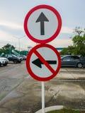 Das Verkehrsschild bitte gerade und nicht nach rechts abbiegen stockbilder