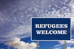 Das Verkehrsschild mit Flüchtlingswillkommensschild Lizenzfreie Stockfotos