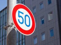 Das Verkehrszeichen: Höchstgeschwindigkeit 50 Stockfoto