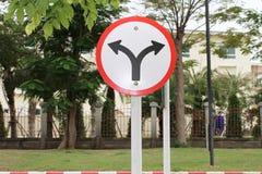 Das Verkehrszeichen, das rot ist, verließ und recht Stockbilder