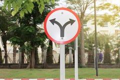 Das Verkehrszeichen, das rot ist, verließ und recht Stockfotografie