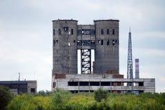 Das verlassene Gebäude der Anlage JSC Fosfor auf Obvodnoye-Landstraße in der Stadt von Togliatti Samararegion Stockfotografie