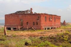 Das verlassene Ziegelsteingebäude im Tundraabschluß lizenzfreie stockfotografie