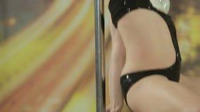 Das verlockende sexy Mädchen zieht um den Pfosten um stock video