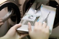 Das verpackte zahnmedizinische Instrument wird in einen Autoklav gelegt Lizenzfreies Stockfoto