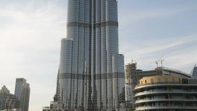 Das Verschieben unten von Gebäude Burj Khalifa stock footage