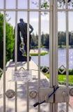Das verschlossene Gitter vor der Statue von Herkules Lizenzfreie Stockbilder