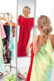 Das Versuchen auf Kleidern ist Spaß Stockbild