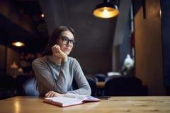 Das Versuchen jungen Mädchens Atractive verstehen Geschäftsstrategie der Herberge und des Restaurants Lizenzfreies Stockbild