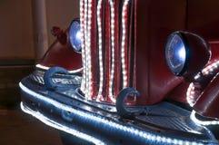 Das Vorderteil des Autos verziert mit Weihnachtselektrischen Lichtern Lizenzfreie Stockfotografie
