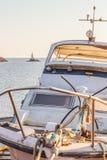Das Vorderteil eines Fischenmotorboots im Vordergrund, der Leuchtturm von Ahtopol, Bulgarien im Hintergrund Lizenzfreie Stockfotos