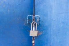 Das Vorhängeschloß auf der Metallblautür Konzept: sicher Lagerung, Se Lizenzfreie Stockbilder
