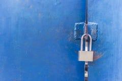 Das Vorhängeschloß auf der Metallblautür Konzept: sicher Lagerung, Se Lizenzfreie Stockfotografie