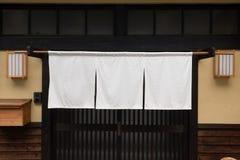 Das Vorhang ähnliche Gewebe, das vor traditionellen japanischen Restaurants hängt lizenzfreies stockbild