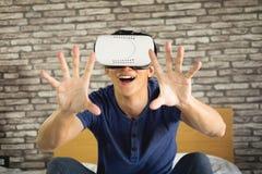 Das VR-Kopfhörerdesign ist generisch und keine Logos, Mann tragendes virtu stockfoto
