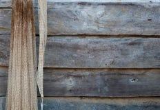 Das Wadenetz hängt an der hölzernen Wand stockfotografie