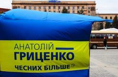 Das Wahlplakat eines Präsidentschaftsanwärters mit der Aufschrift - Anatoly Gritsenko, ehrlich mehr, hängt in der Mitte von Dn lizenzfreie stockbilder