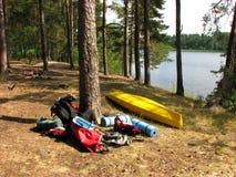 Das Wandern der Ausrüstung liegt in der Sonne im Wald durch den See Kaya stockfotografie