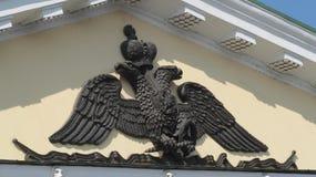 Das Wappen von Kaiser-Russland auf dem Gebäude stockfotos