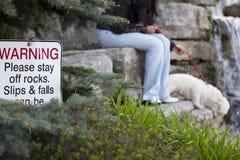 Das Warnen, bleiben bitte weg von den Felsen Stockbilder
