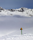 Das Warnen singen auf Skisteigung und -bergen im Nebel Stockfotografie
