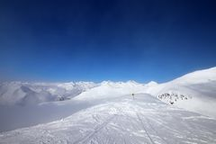 Das Warnen singen auf Skisteigung und schneebedeckten Bergen im Dunst Stockfoto