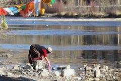 Das Waschen kleidet außer dem lasa Fluss Stockbilder