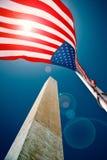 Das Washington-Denkmal mit einer US-Markierungsfahne Stockfotografie