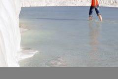 In das Wasser bei Pamukkale barfuß gehen Lizenzfreie Stockfotografie
