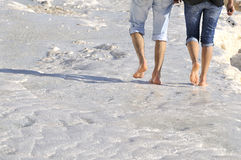 In das Wasser bei Pamukkale barfuß gehen Stockfotografie