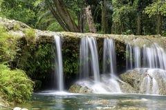 Das Wasser, das ?ber Felsen und B?ume hinunter einen Wasserfall an Kapao-Wasserfall Nationalpark, Chumphon in Thailand flie?t stockbild