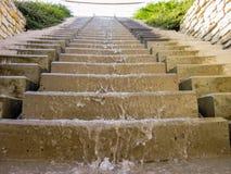 Das Wasser, das hinunter die Treppe nah fließt, sieht an Stockbilder