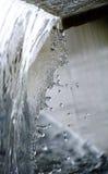 Das Wasser, das mit dem Tropfen läuft Lizenzfreie Stockbilder